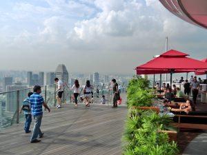 シンガポールのマリーナベイサンズから高層ビル群を見下ろす