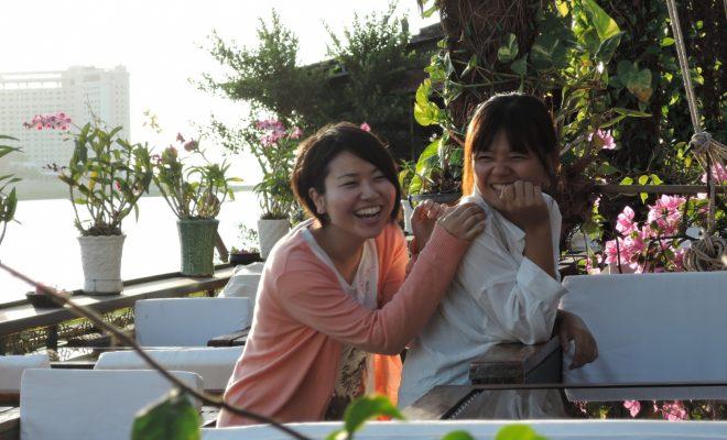 カンボジアのリバーサイドのカフェで