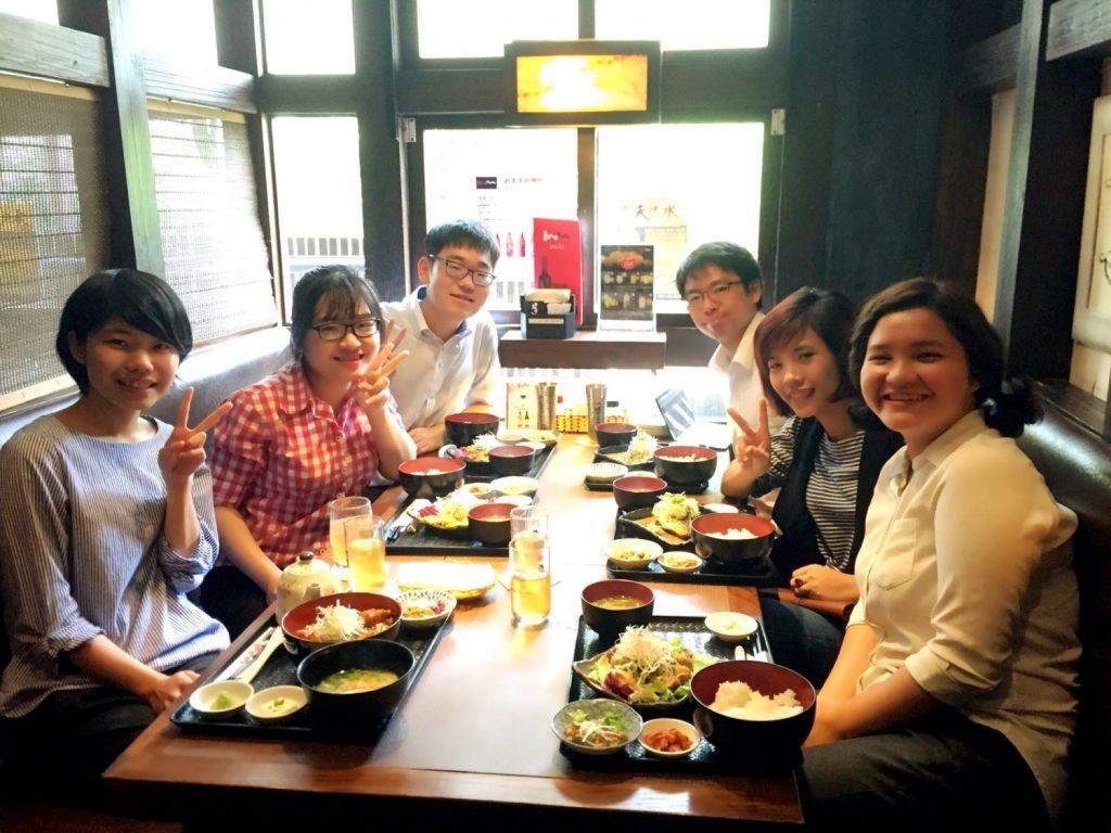 職場の皆さんとオフィス近くの日本居酒屋でランチタイム