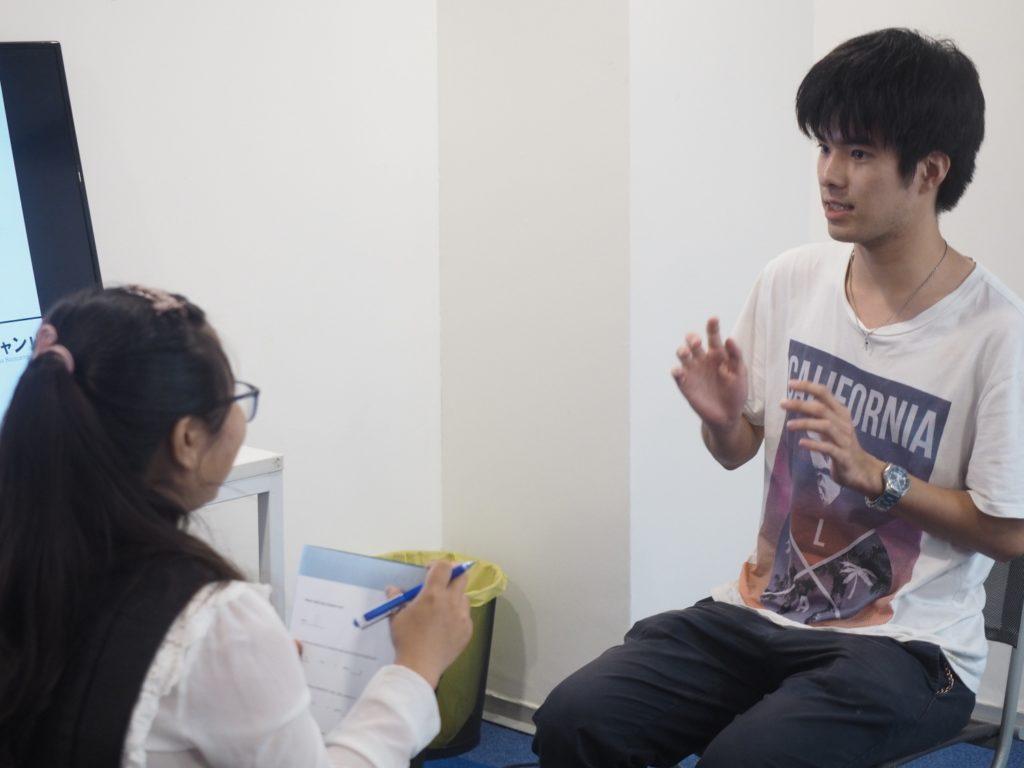 グロキャンにて、自分を身振り手振りで紹介する石田氏