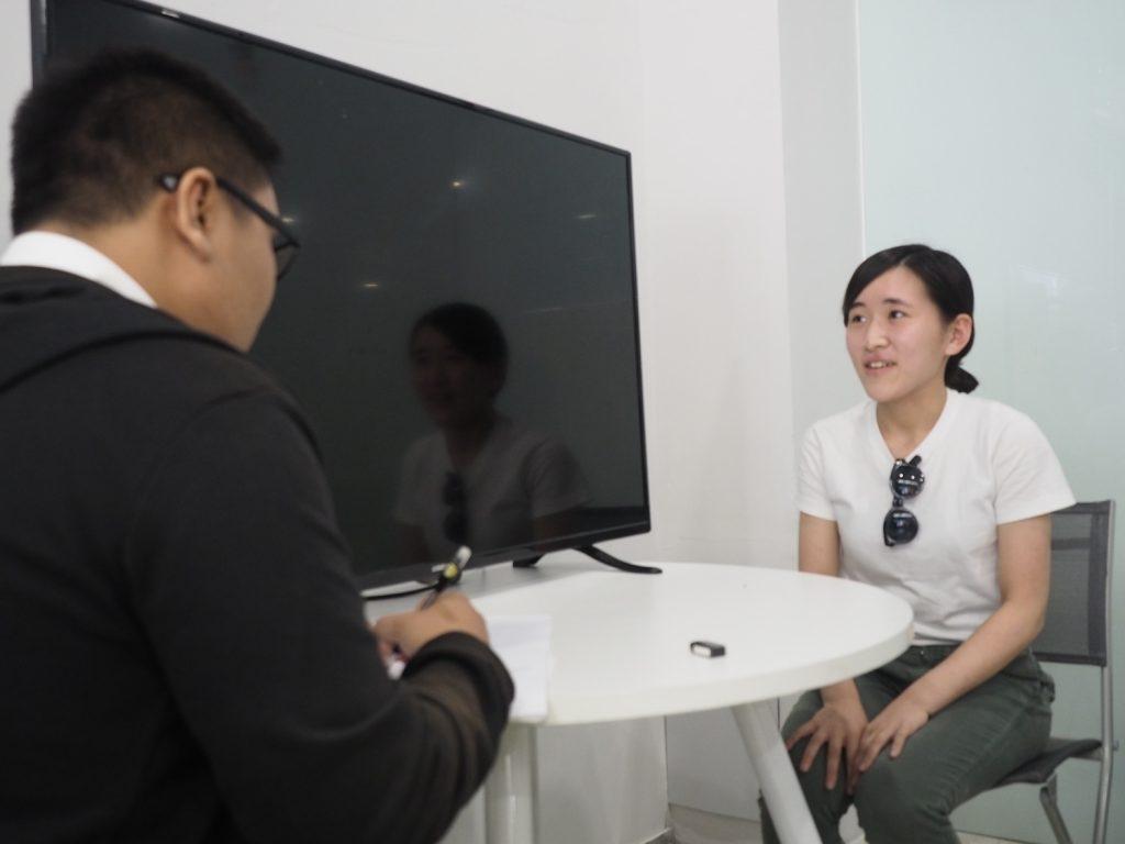 インタビューを受ける佐田さん