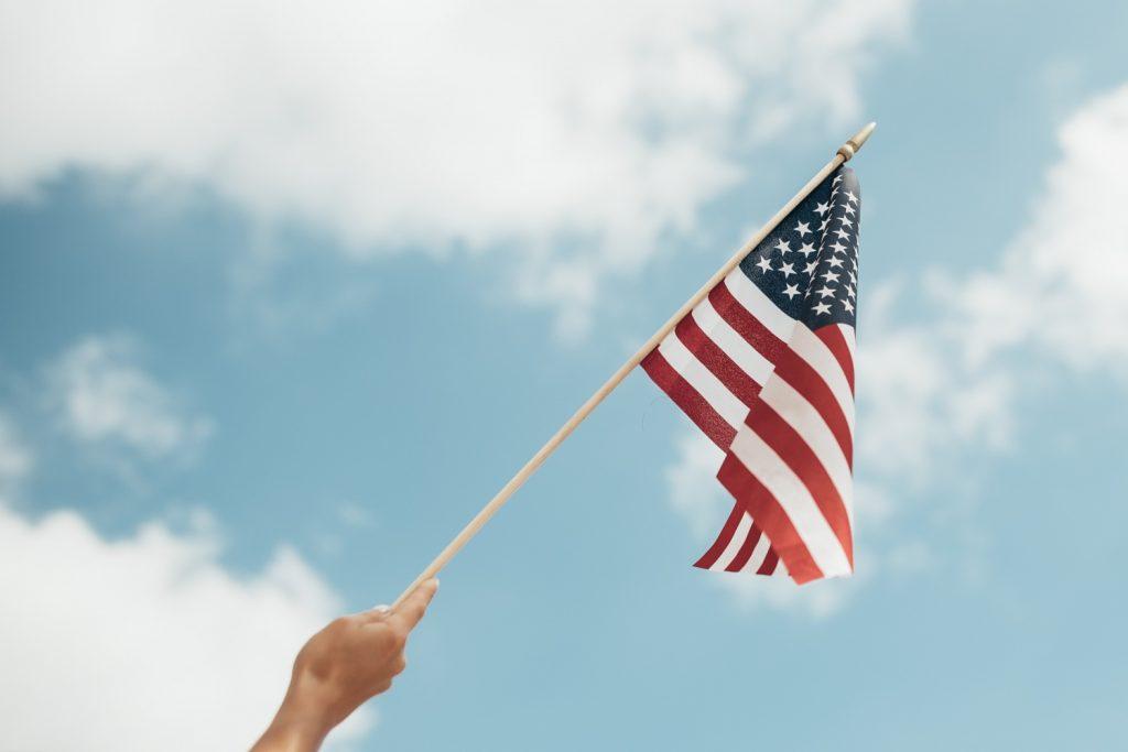 アメリカの国旗を手に持つ人