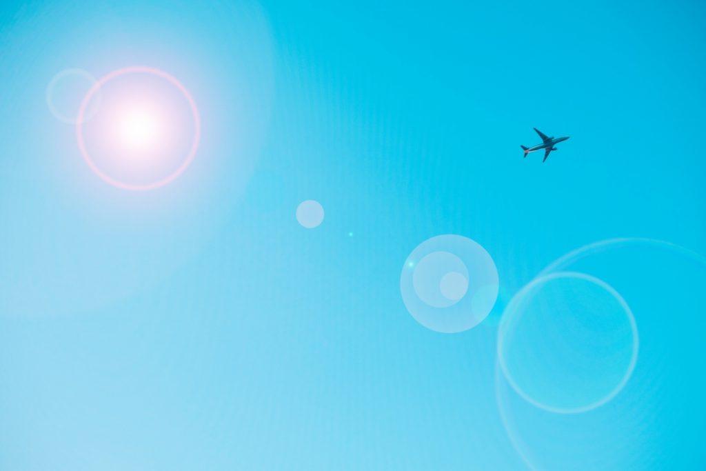 夏休みに海外へ飛んでいく飛行機