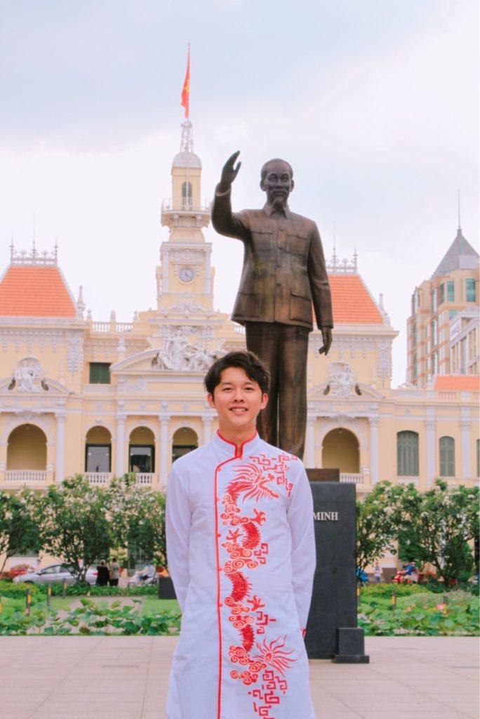 ホーチミンの像の前に立つ大塚さん