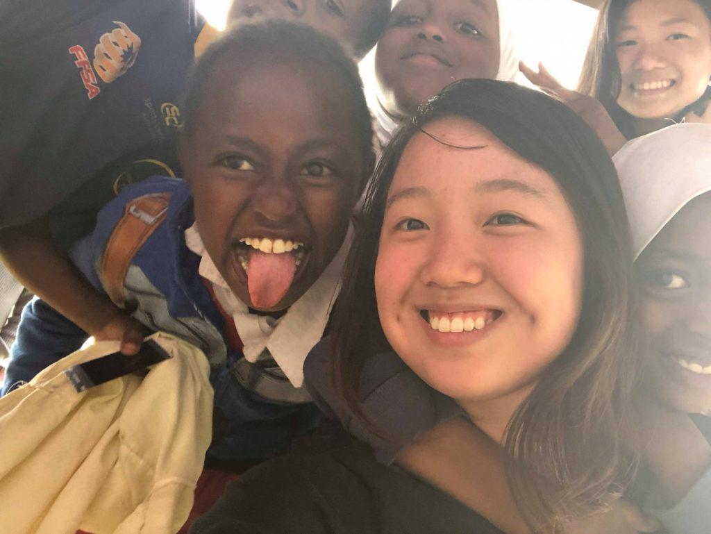 アフリカの子供たちと写真を撮るこうのさん