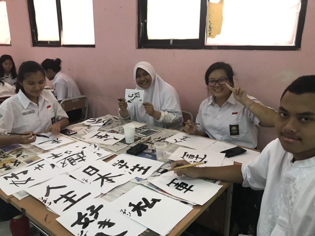 インドネシアの学校で習字を教わる様子
