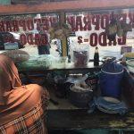 インドネシアの学校で習字インドネシアの学校で習字を教わる様子を教わる様子