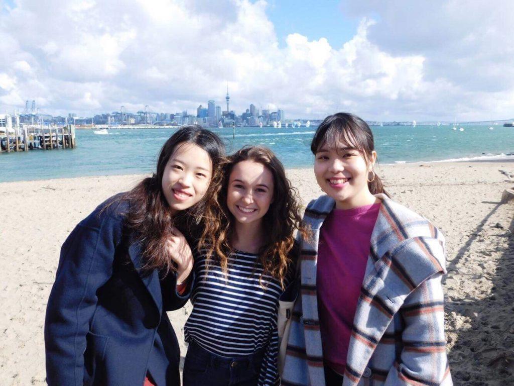 海の前で写真を撮る本田さん
