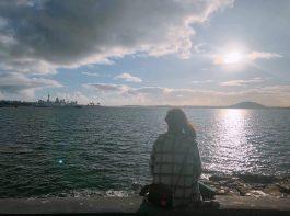 ニュージーランドの海を見つめる本田さん