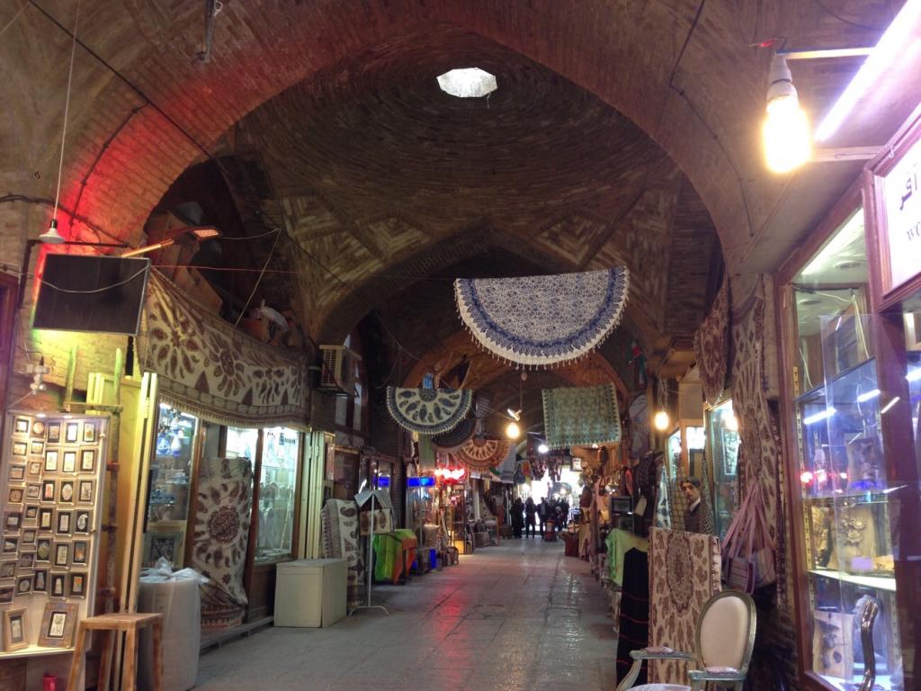 イランで様々なものが売られているイマーム広場