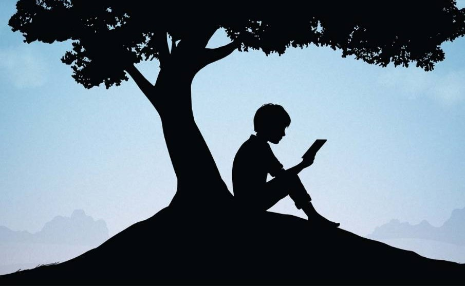 kindleで本を読む少年