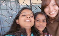 インドのバンガロールでインターンシップをした高本さんとその小学校の生徒