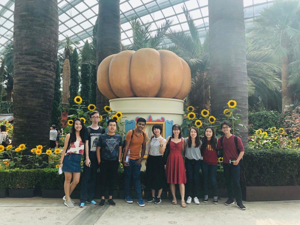 シンガポールにあるカボチャの前で集合写真